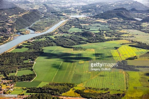 belle vue aérienne vallonnée français paysage au milieu des montagnes du bugey dans le département de l'ain près de savoie, avec le rhône, des champs verts vibrants et le célèbre lac bourget non loin, tourné en été - scène non urbaine photos et images de collection