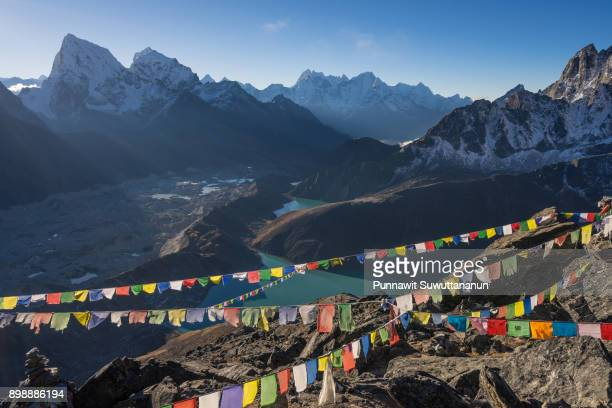 beautiful himalaya mountain landscape on top of gokyo ri in a morning, everest region, nepal - gokyo ri ストックフォトと画像