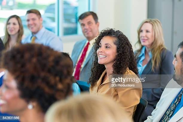 Hispânico linda mulher em uma reunião