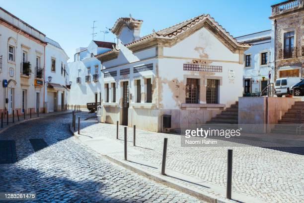 beautiful historic buildings on rua dos pelames, tavira, portugal - rua fotografías e imágenes de stock