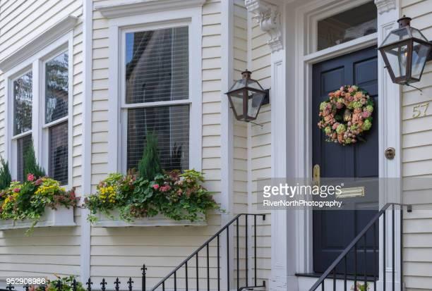 美しい歴史的な家、チャールストン、サウスカロライナ - ガス燈 ストックフォトと画像