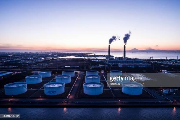 美しい地平線と、煙突から出てくる煙。 - 工場地帯 ストックフォトと画像