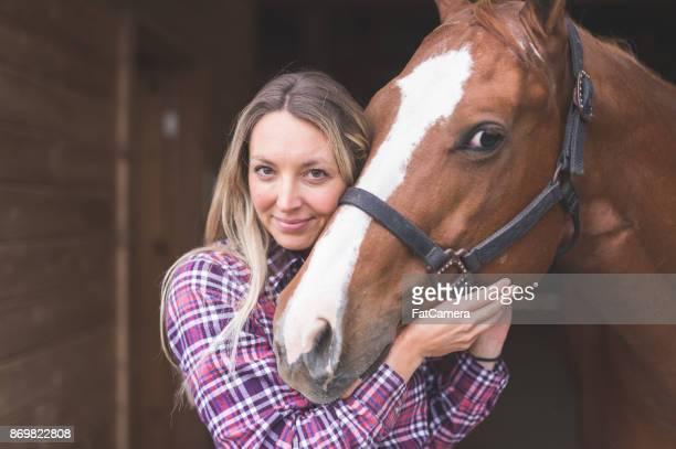 hermoso caballo en el país - 1 woman 1 horse fotografías e imágenes de stock