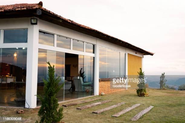 fachada bonita da casa em petrópolis, rio de janeiro, brasil - fachada - fotografias e filmes do acervo