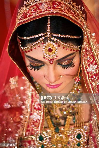beautiful indian bride wearing gold jewelries - bangladeshi bride stock photos and pictures