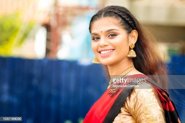 Schöne indische Frauen drehen und lächelnd mit Wohn Hintergrund