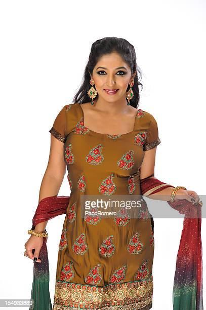 Hermosa mujer india usa sari