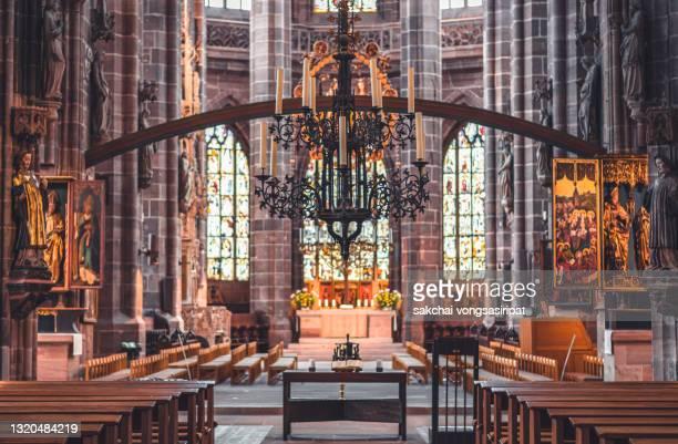 beautiful inside interior of st. lorenz church in nuremberg city, germany, europe - arena nürnberger versicherung stock-fotos und bilder