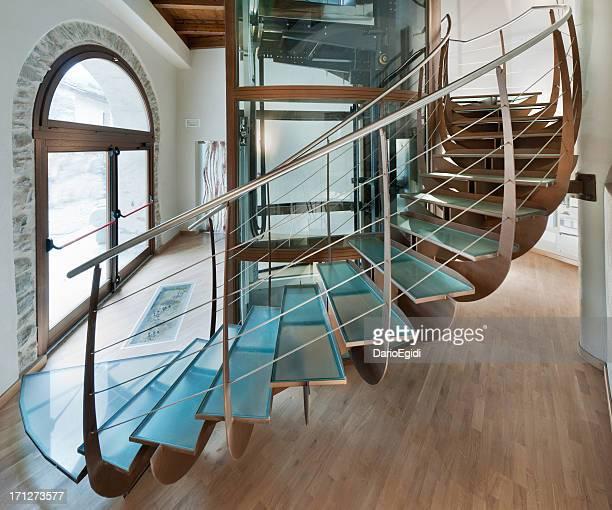 Magnifique intérieur un fer à repasser et un escalier en colimaçon en verre autour d'un ascenseur