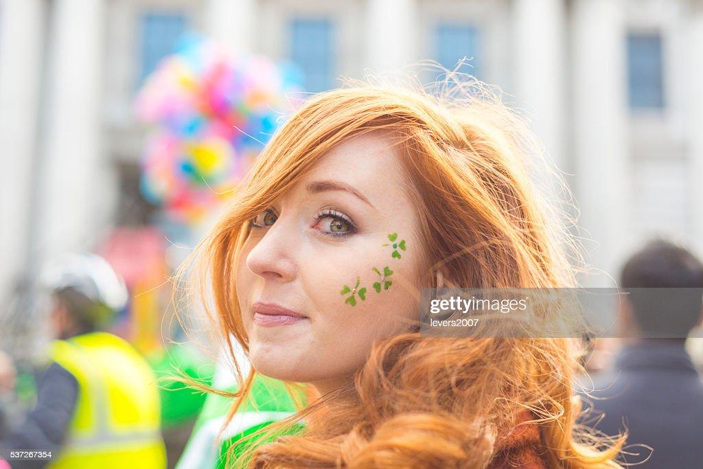 Linda rapariga irlandesa, em St. Patricks Dia, Dublim, na Irlanda. : Foto de stock