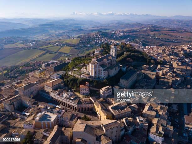 bellissima città italiana dall'alto, fermo, italia - marche italia foto e immagini stock