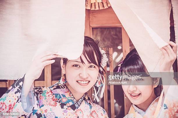 美しい日本のキモノでノレン、京都,日本 - のれん ストックフォトと画像