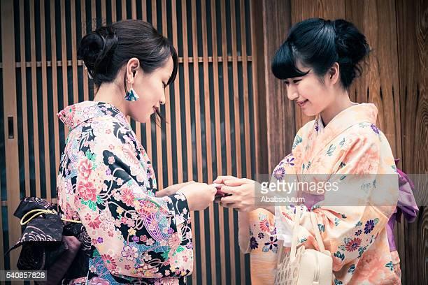 美しい日本の着物名刺を手渡す、京都,日本