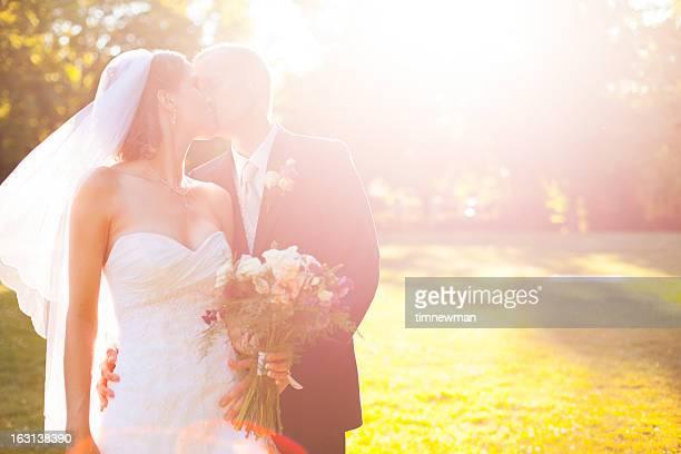Schöne Braut und Bräutigam Küssen im Freien Sommer-Porträt