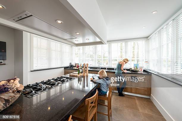 bela cozinha de luxo casa com culinária da ilha - bancada de cozinha mobília - fotografias e filmes do acervo
