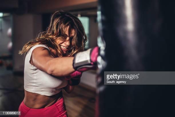 mooie dame boxer training - atlete stockfoto's en -beelden