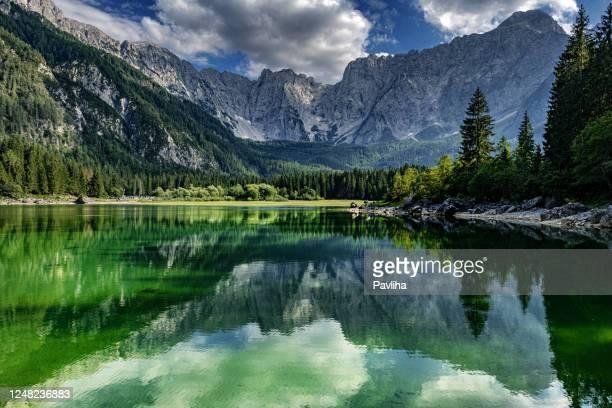 bellissimo lago di montagna lago di fusine in autunno e montagne di mangart, alpi giulie, italia - lago foto e immagini stock