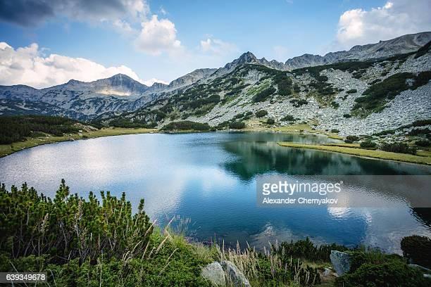 Belo Lago com montanhas
