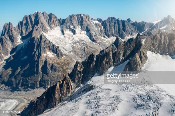 Belle vue aérienne de paysage de vieux glacier du massif du Mont blanc dans français montagnes des Alpes en automne