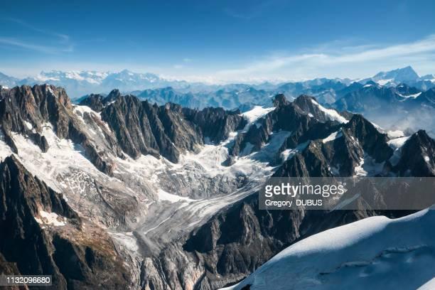秋のフランスアルプス山脈のモンブラン山地から見た talefre 氷河とシャモニー針の美しい風景 - クールマイヨール ストックフォトと画像