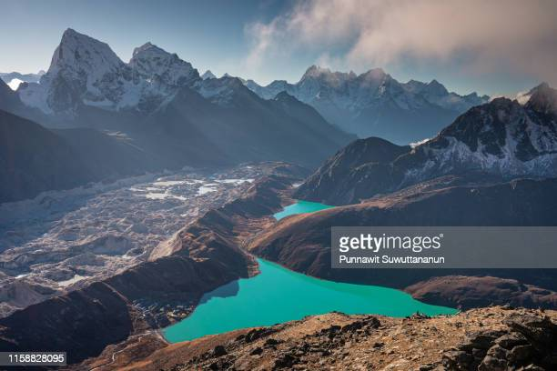 beautiful landscape of gokyo lake view from gokto ri, everest region, nepal - gokyo ri ストックフォトと画像