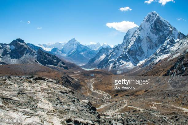 beautiful landscape of himalayas mountain range view from the way to cho la pass, nepal. - himalaya stockfoto's en -beelden