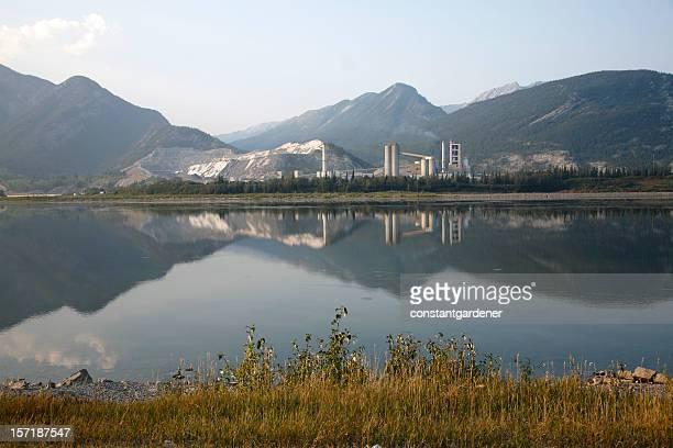 Magnifique paysage industriel usine de ciment sur le lac