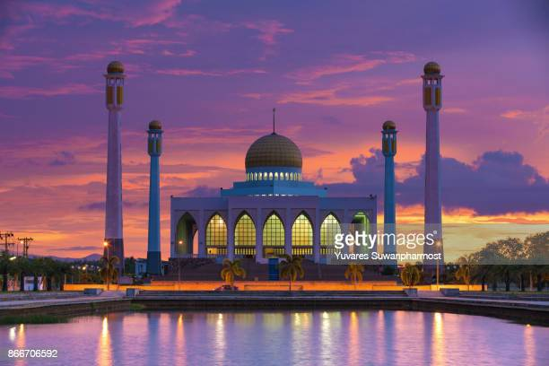 beautiful landscape of songkhla central mosque in the sunset mood. - provincia di songkhla foto e immagini stock