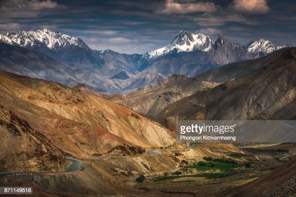 warm: beautiful landscape view of snow-capped mountain on the way back to leh city, india - india summer stock-fotos und bilder