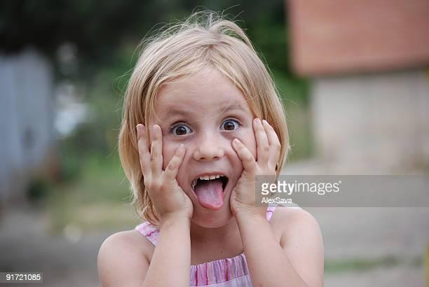 Schöne kleine Mädchen überrascht