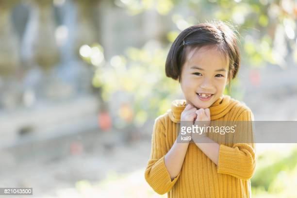 Schöne kleine Asiatin im Freien im Herbst