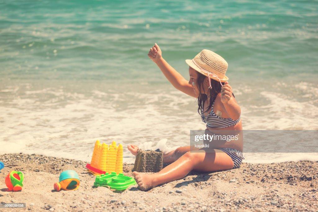 Wunderschönes kleines Mädchen am Strand : Stock-Foto