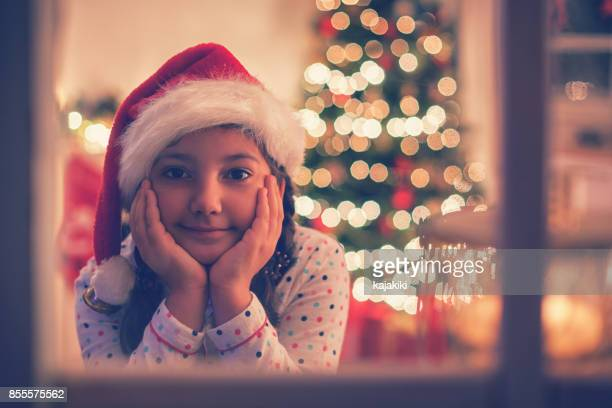 Hermosa niña esperando a Santa
