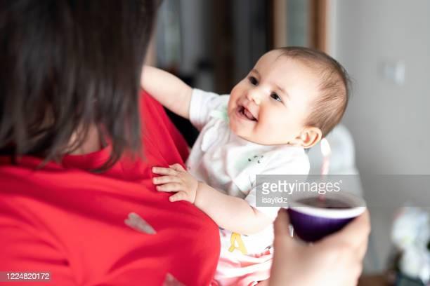 最初の誕生日に彼女の母親と美しい小さな女の子 - 1周年 ストックフォトと画像