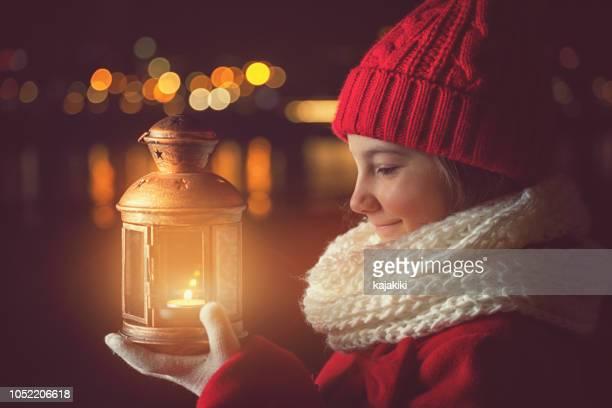 bella bambina con lanterna fuori - candela attrezzatura per illuminazione foto e immagini stock