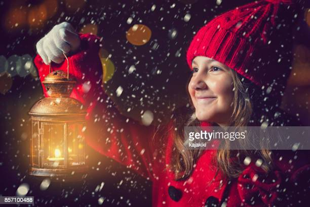Wunderschönes kleines Mädchen mit Laterne außerhalb