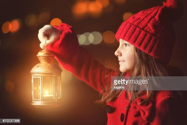 外ランタンを持つ美しい少女 - ランタン ストックフォトと画像