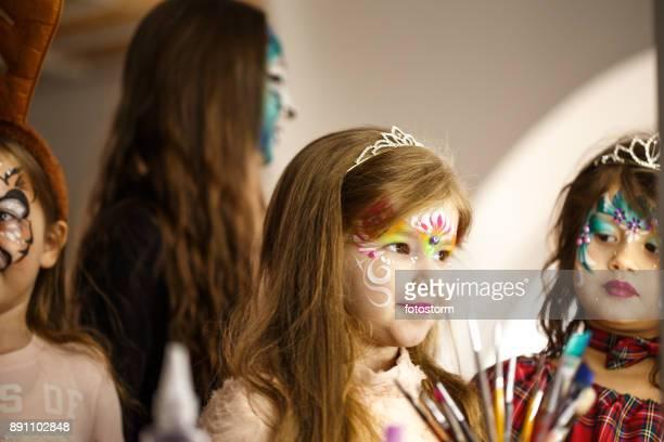 Schöne Mädchen mit Gesicht bemalen