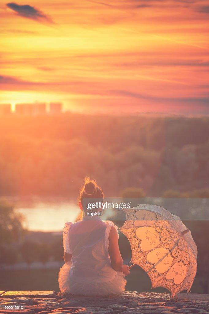 Schöne kleine Prinzessin bei Sonnenuntergang : Stock-Foto