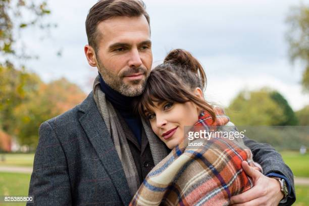 schöne liebevoll umarmt paar im park - izusek stock-fotos und bilder