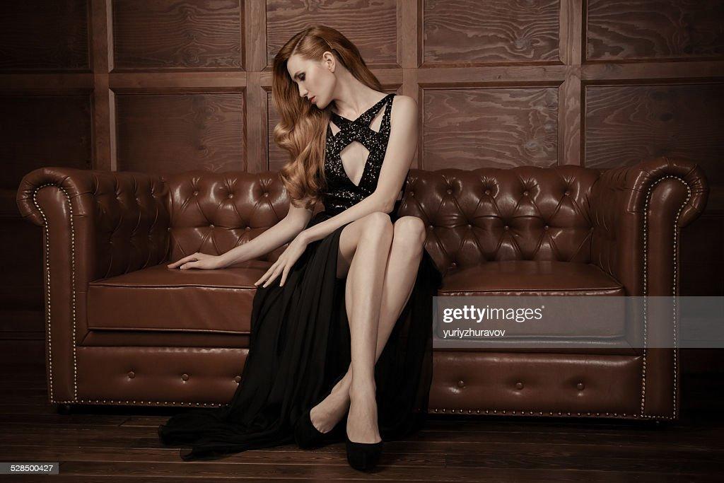 美しい豪華に座る女性のヴィンテージのソファー、レザー。 : ストックフォト