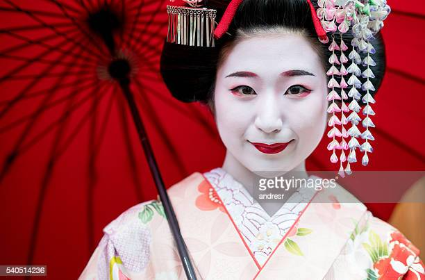 beautiful maiko girl smiling - geisha photos et images de collection