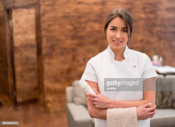 beautiful masseuse working at a spa - massage therapist stock pictures, royalty-free photos & images