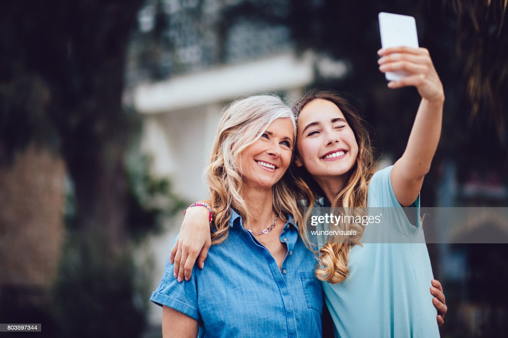 Schöne Reife Mutter und Erwachsene Tochter unter Selfies zusammen : Stock-Foto