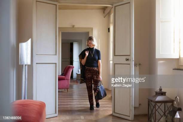 beautiful mature woman dressed to go out - une seule femme d'âge mûr photos et images de collection