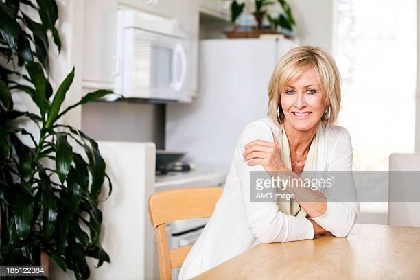 美しい熟年女性のキッチン