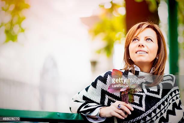 Hermosa mujer madura en el parque