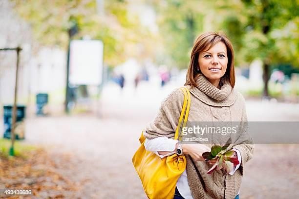 Belle femme d'âge mûr dans un parc