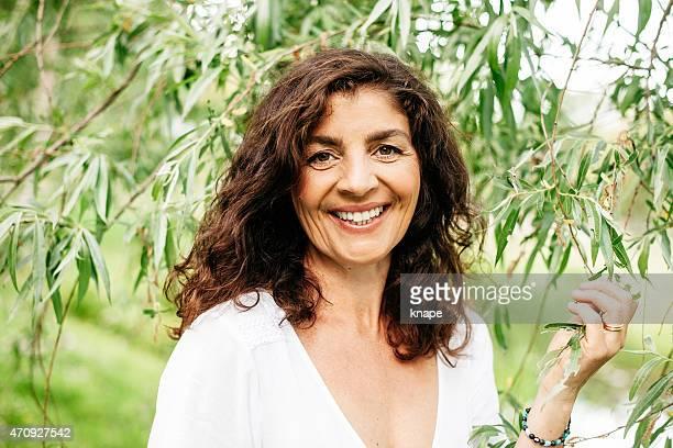 belle femme mature en plein air dans la nature - femme 50 ans brune photos et images de collection