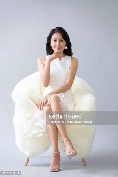 beautiful mature woman - une seule femme d'âge mûr photos et images de collection